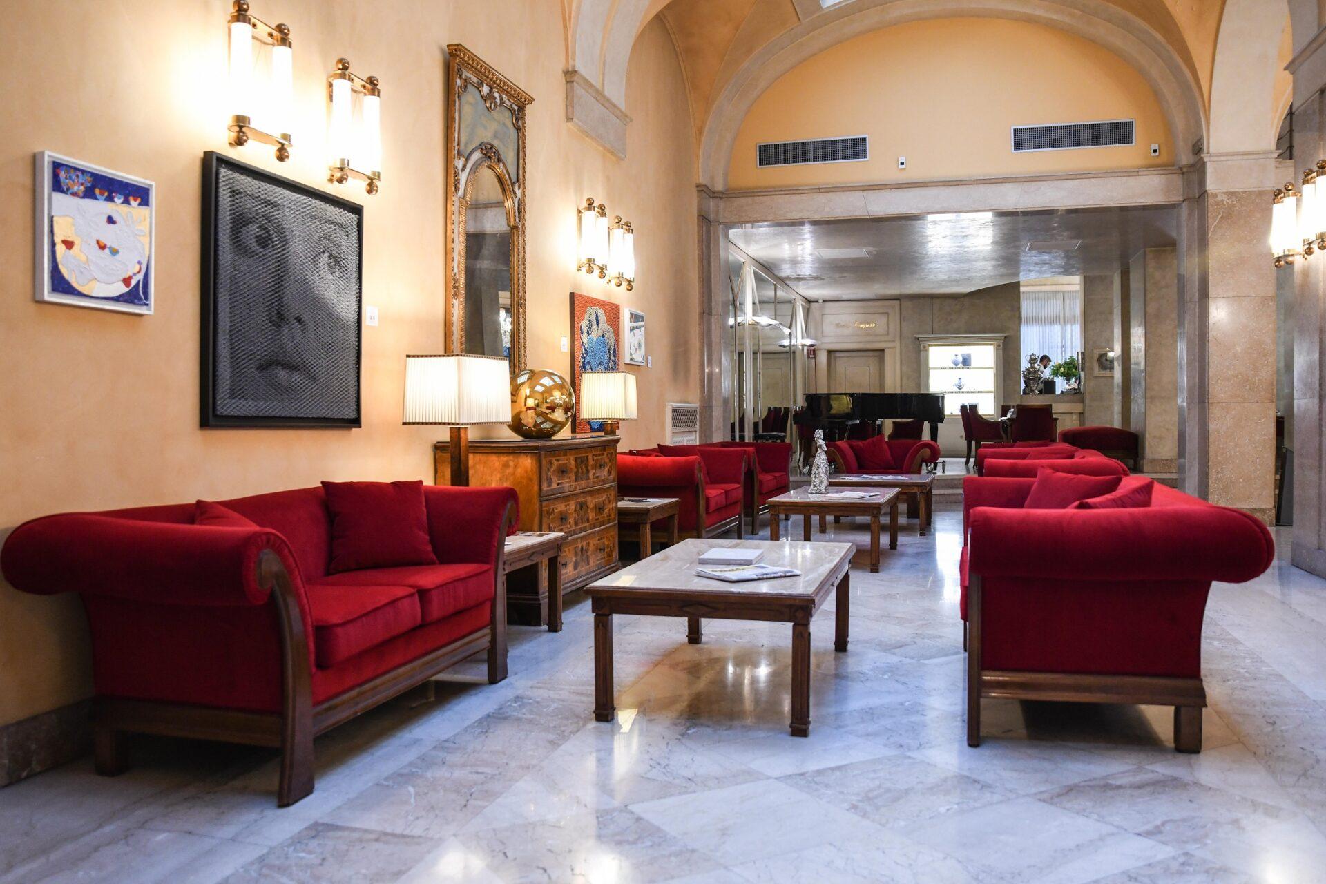 un 39 atmosfera rinnovata per l 39 hotel vittoria di brescia mazzoli divani di qualit brescia. Black Bedroom Furniture Sets. Home Design Ideas